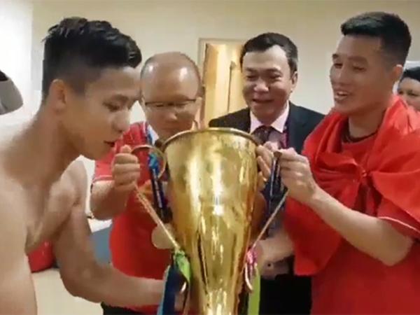 Màn ăn mừng có 1-0-2: Đội tuyển Việt Nam mời HLV Park Hang Seo uống bia đựng trong cúp vàng