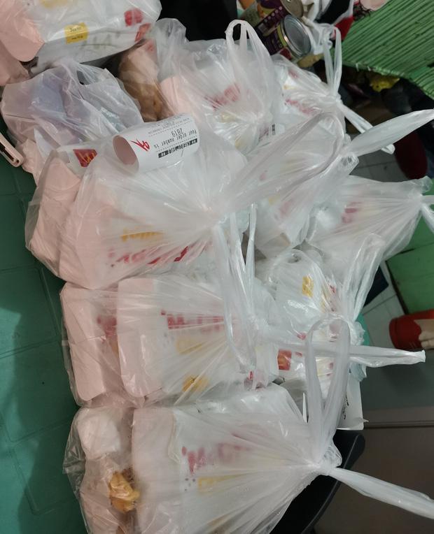 """Mạng lag bé gái 7 tuổi chốt đơn """"nhầm nhọt"""", 42 anh shipper áo hồng với """"full combo"""" gà rán, khoai tây... náo loạn cả khu phố"""