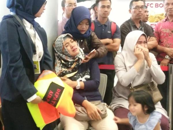 Máy bay chở 189 người của Indonesia rơi xuống biển