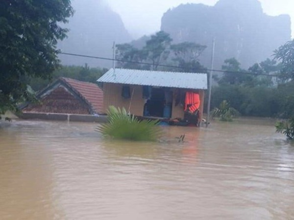 Quảng Bình: Mẹ chèo thuyền đi nhận hàng cứu trợ, con trai 8 tuổi ngã khỏi bè tránh lũ tử vong