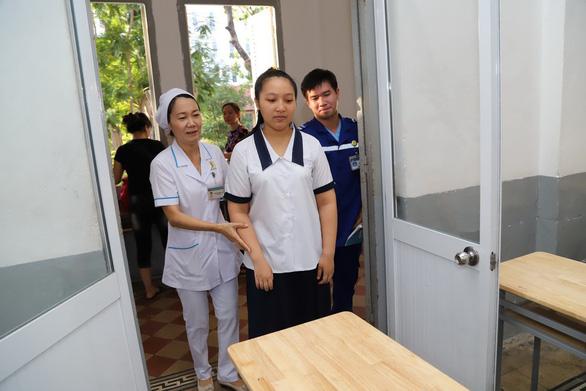 Mới mổ ruột thừa, nữ sinh đi xe cứu thương đến trường thi