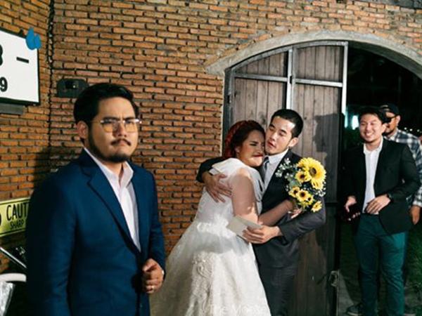 Cô dâu mời hội người yêu cũ đến đám cưới, biểu cảm của chú rể gây sốt mạng