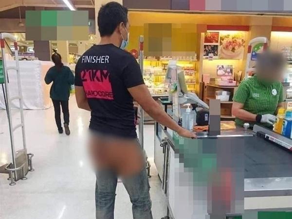 """Người đàn ông mặc quần rách toang cả chỗ nhạy cảm vào siêu thị, dân tình """"tái mặt"""" không biết có phải anh chàng vừa bị chó cắn hay không"""