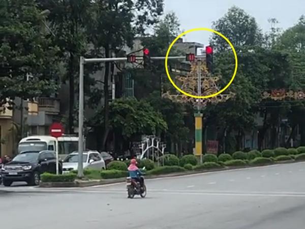 Người phụ nữ nghiêm túc đứng dừng đèn đỏ, nhưng nhìn lại vị trí cô đứng thì ai cũng hoảng