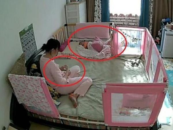Thấy hành động của người trông trẻ sau khi con gái ngủ say, bà mẹ quyết định tăng lương ngay lập tức