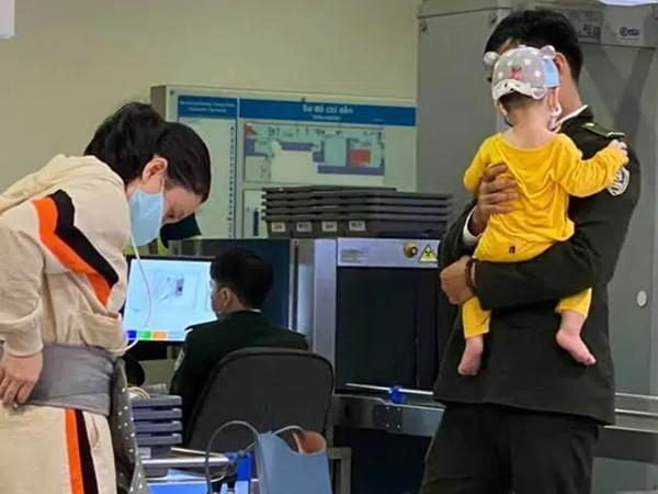 """Nhân viên sân bay tận tình bế em bé giúp mẹ gây bão vì quá dễ thương, hội chị em tức tốc xin info nhưng có một chi tiết """"tố"""" anh ấy đã có gia đình khiến ai cũng bất ngờ"""