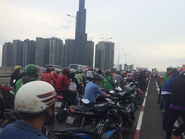 Nam thanh niên bỏ lại đôi dép rồi nhảy sông Sài Gòn tự tử, người dân tập trung livestream khiến giao thông kẹt cứng