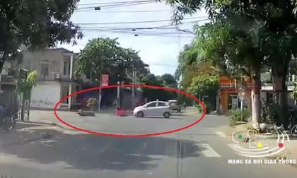 Vượt đèn đỏ, nữ 'ninja' áo hồng bị xe ôtô dạy cho bài học nhớ đời