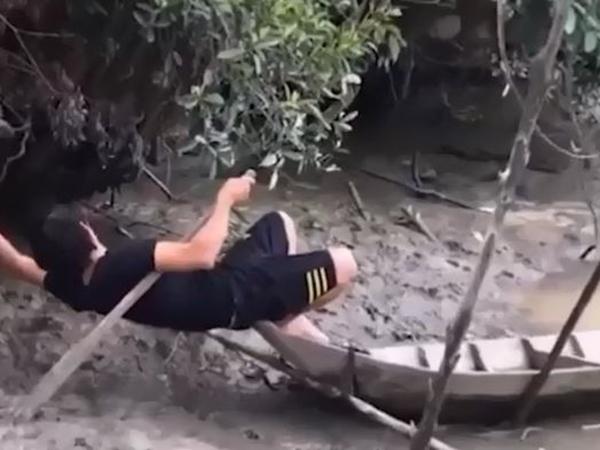 Pha xuống ghe 'đi vào bùn đất' của nam thanh niên khiến người xem khóc không được mà cười cũng không xong