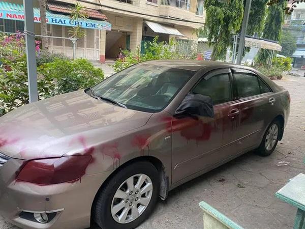 Phát hiện 2 chiếc ô tô bỗng loang lổ những vệt đỏ kinh dị, chủ xe kiểm tra camera và phẫn nộ khi biết thủ phạm