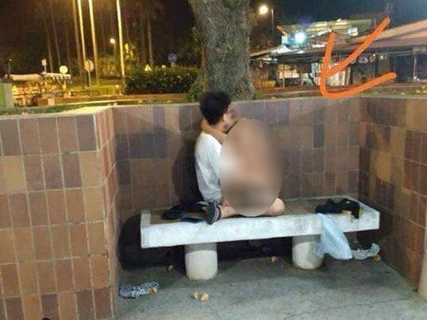Cặp đôi 'mây mưa' trên ghế đá giữa phố, chỉ tay cảnh cáo người đi đường không được soi mói