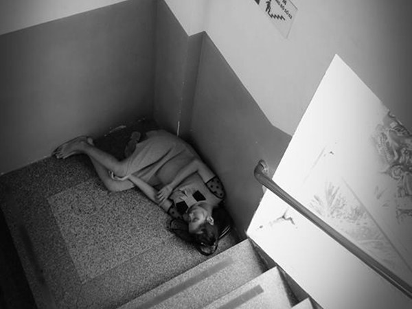 Ảnh mẹ bầu nằm co ro một mình ở góc cầu thang bệnh viện Từ Dũ gây sốt mạng xã hội