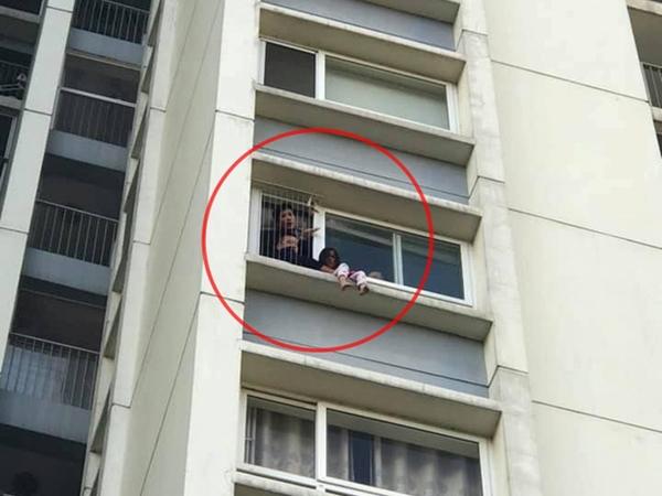 Thót tim cảnh bé gái ngồi khóc gọi mẹ ngoài cửa sổ tầng 6 chung cư ở Hưng Yên