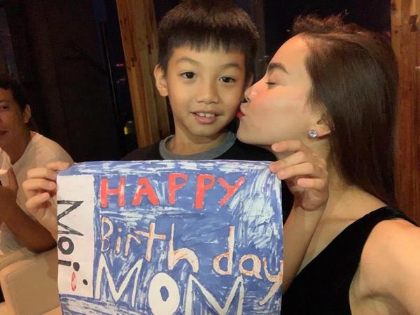 Subeo cùng mẹ Hà Hồ thổi nến mừng sinh nhật muộn