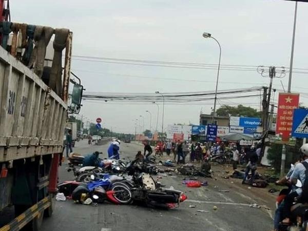 Ám ảnh lời kể nhân chứng vụ container tông 18 xe máy dừng đèn đỏ khiến 4 người tử vong, hơn 20 người bị thương