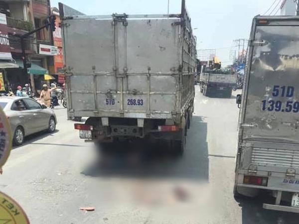 Rẽ trái bất ngờ, đôi nam nữ đi xe máy bị xe tải cán tử vong thương tâm
