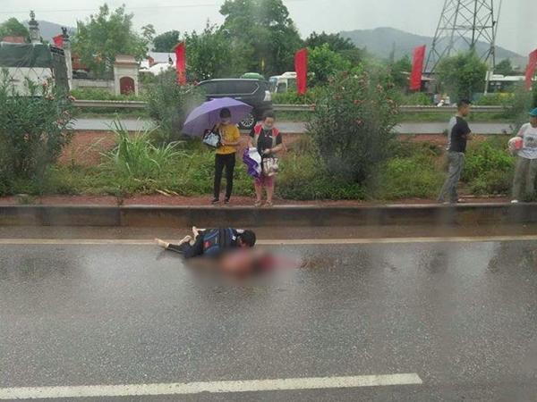 Bắc Giang: Xót cảnh chồng ôm thi thể vợ bị xe tải tông tử vong khóc ngất giữa trời mưa gió