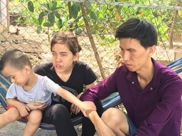 Quyên góp tiền giúp cặp vợ chồng mù tổ chức đám tang cho con trai bị tai nạn thương tâm trên đường đi học