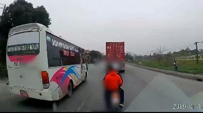 3 thanh niên chặn đầu xe tải dọa đánh vì bị bấm còi xin đường