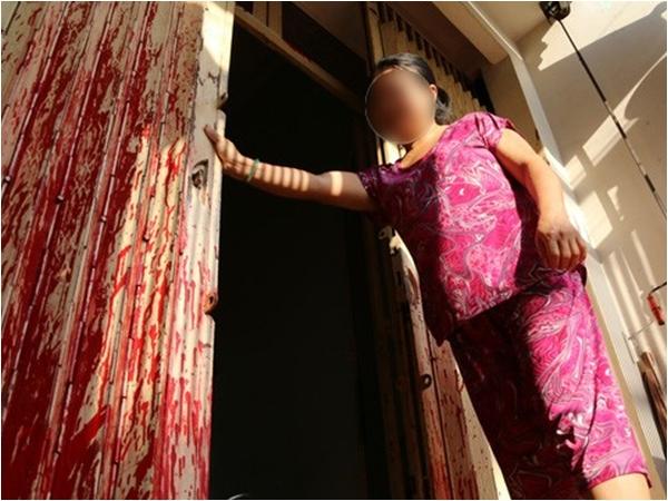 Nữ sinh cấp 2 bị tạt mắm ruốc trước cổng trường vì mẹ vay nợ không trả