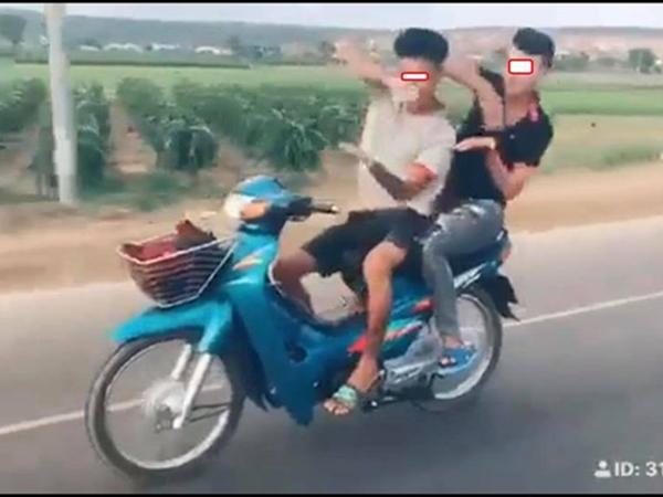 Đi xe máy thả hai tay 'múa quạt' giống Khá Bảnh, hai thanh niên nhận cái kết đắng