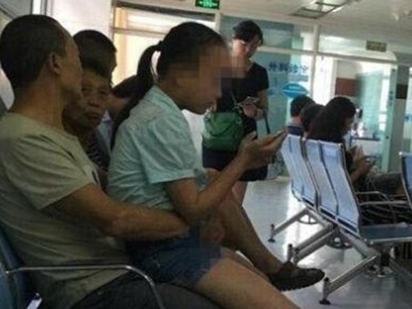Thấy con gái 16 tuổi mặc váy ngủ ngồi trên đùi bố xem tivi, mẹ ra sức phản đối thì nhận được câu trả lời ngỡ ngàng
