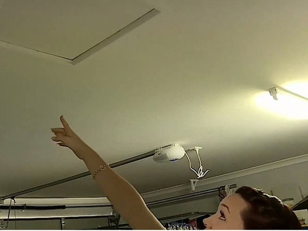 Thấy đồ dùng trong nhà cứ tự dưng di chuyển, người phụ nữ âm thầm theo dõi và phát hiện chuyện gây sốc trên mái nhà