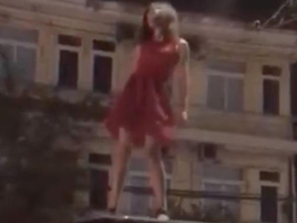 Thiếu nữ nghi ngáo đá 'nhảy múa', lăn lộn trên nóc ô tô