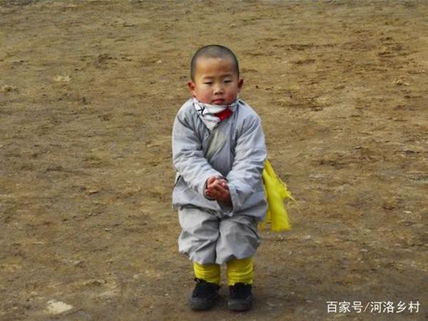 Tiểu hoà thượng 3 tuổi ở Thiếu Lâm Tự khiến cộng đồng mạng Trung Quốc phát cuồng vì quá đáng yêu