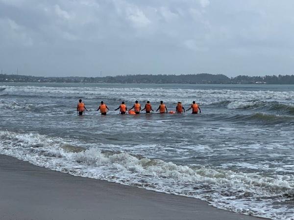 Tìm thấy 2 thi thể trong vụ nam bảo vệ lao ra biển cứu học sinh bị đuối nước rồi mất tích
