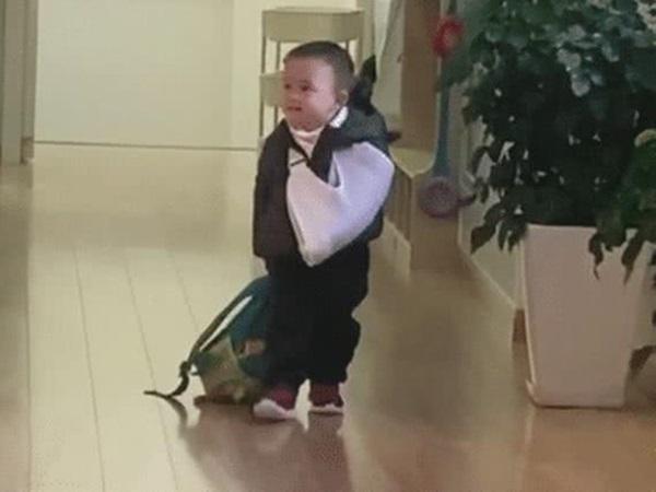 'Tổng tài' nhí một tay bó bột, một tay kéo balo đi học khiến ai nấy vừa buồn cười vừa thương