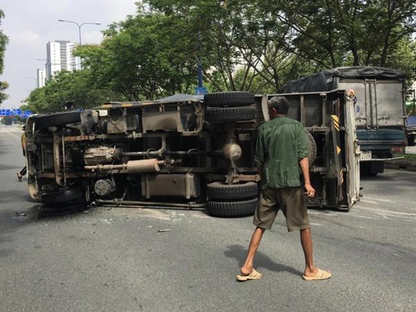TP.HCM: Tai nạn liên hoàn 4 xe khiến ô tô tải lật ngang đường, 2 cháu bé may mắn thoát chết