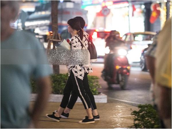 Trấn Thành - Hari Won diện đồ đôi từ đầu đến chân, nắm tay nhau đi ăn đêm Valentine