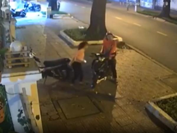 Chỉ đường cho nam thanh niên, cô gái mất xe máy trong tích tắc khiến tất cả bàng hoàng