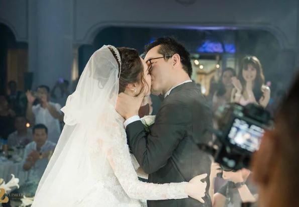 NSND Trung Hiếu đắm đuối hôn vợ trẻ trước 1000 quan khách