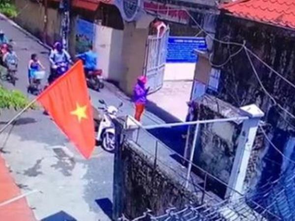 Trường Tiểu học Quang Trung xác minh clip nghi mẹ dàn cảnh cho con đứng trước cổng trường chụp ảnh