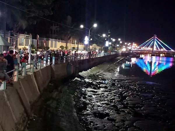 Chở vợ lên cầu, chồng bất ngờ dừng xe rồi nhảy sông tự tử