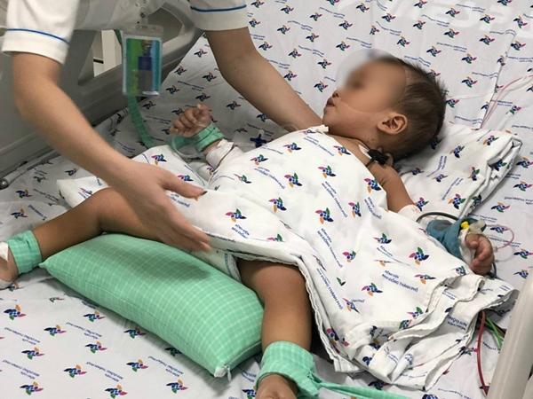 Bé trai 15 tháng tuổi suýt chết do uống thuốc trừ sâu được cha mẹ đựng trong chai trà xanh