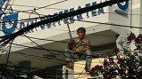 Video: Kẻ ngáo đá cầm dao la hét trên mái nhà, ném đá cảnh sát