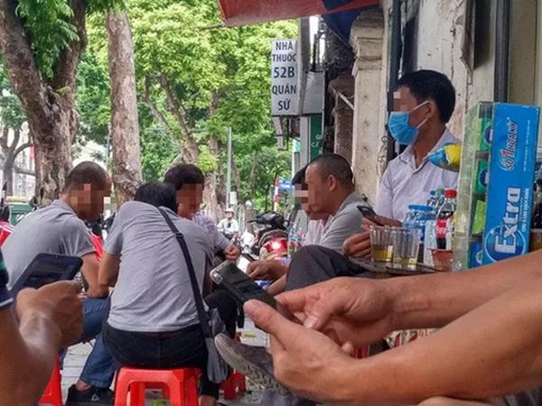 Video: Nhiều người vẫn tụ tập hút thuốc lào ở quán nước vỉa hè, bất chấp yêu cầu về phòng dịch Covid-19