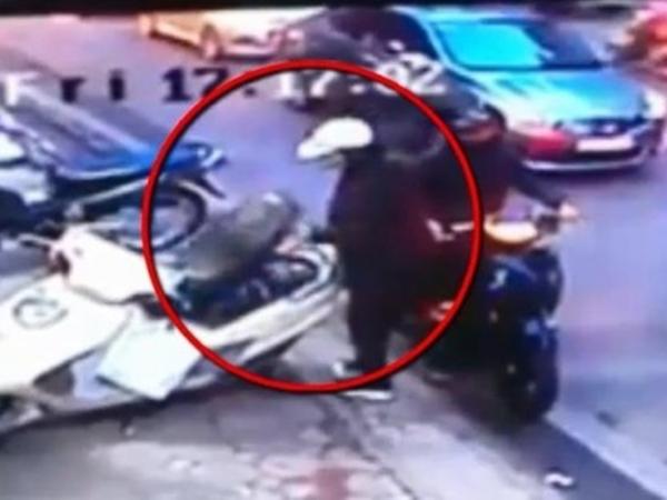 """Video: """"Nữ quái"""" phá khóa cốp xe tay ga, trộm đồ cực nhanh trên phố Hà Nội"""