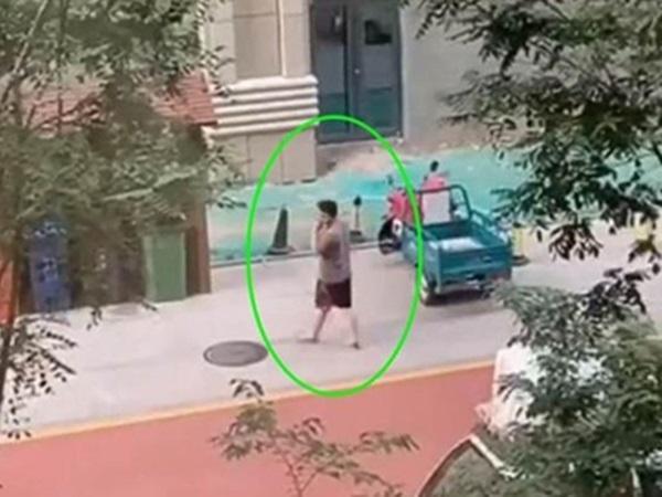 Vợ đang ở cữ, chồng viện cớ đi vứt rác để lén lút làm một việc khiến vợ không thể tin vào mắt mình