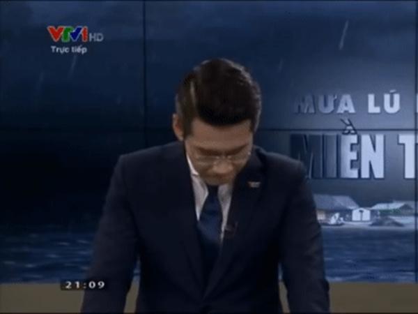 """VTV hé lộ cảnh hậu trường """"dữ dội"""" hơn trên sóng khi BTV Tuấn Dương phải tự đấm tay lấy lại bình tĩnh sau cơn nghẹn ngào mới tiếp tục được chương trình"""