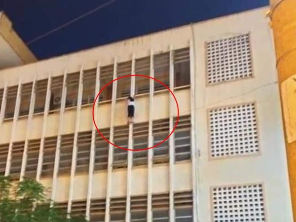 Thót tim clip nữ sinh lớp 6 đu bám lan can tầng 3 trường học đòi tự tử