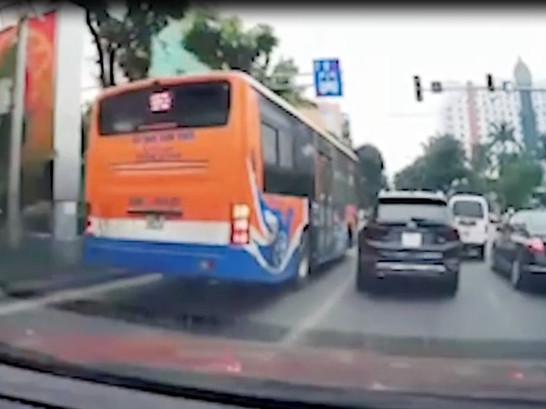 Xe buýt cướp đường như thể 'Trái Đất này là của mỗi mình' và cái kết mọi sự hổ báo đều phải trả giá bằng tiền mặt