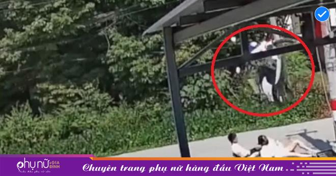 Hai chị em chở nhau trên chiếc xe máy điện thì bất ngờ lộn nhào và 'NGÃ SÕNG SOÀI' ra đất vì vướng phải sợi dây điện