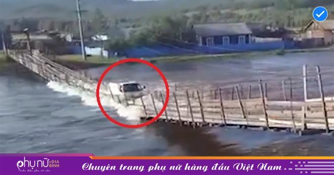 Tài xế xe tải cả gan lái xe qua cầu gỗ 'LẮT LẺO' trước con nước dữ, vài giây sau liền 'hối hận muộn màng'
