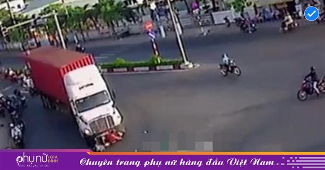 Thót tim khoảnh khắc container ôm cua, 'nuốt chửng' 2 người phụ nữ chạy xe máy vào gầm
