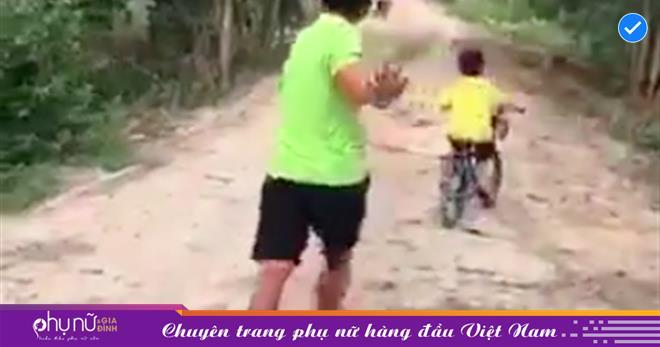 Thấy cậu bé đạp xe buộc dây vào cha 'dắt' về nhà ai cũng ngạc nhiên, khi biết nguyên nhân lại... ôm bụng cười