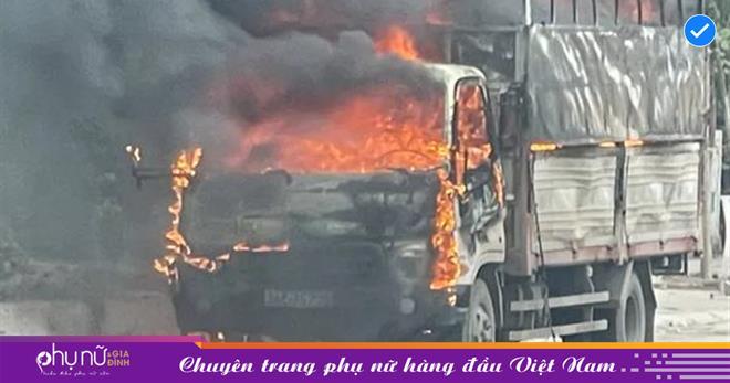 Xe tải 'chở bật lửa' đột nhiên bốc cháy dữ dội trên đường, người đi đường 'phát hoảng'